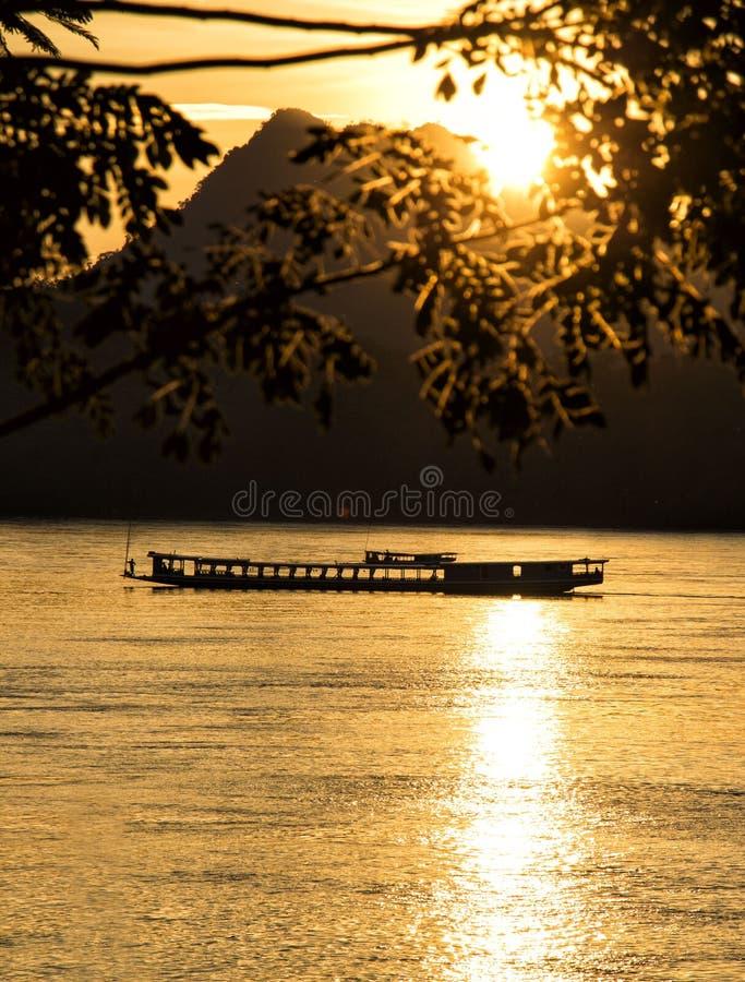 Guld- solnedgång över Mekongen i Laos royaltyfri bild