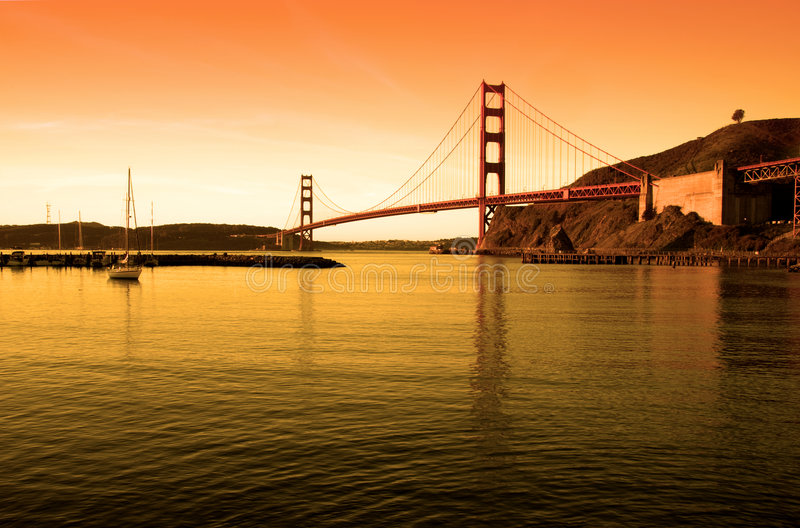 guld- solnedgång för broport royaltyfri bild