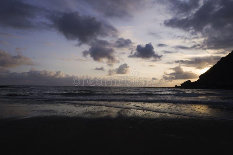 Guld- solnedgång för härlig sommar ovanför Blacket Sea med lugna vågor och reflexion på stranden royaltyfri bild