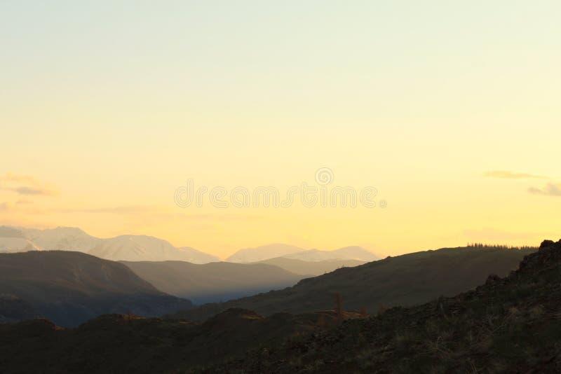 Guld- solnedgång i bergen arkivfoton