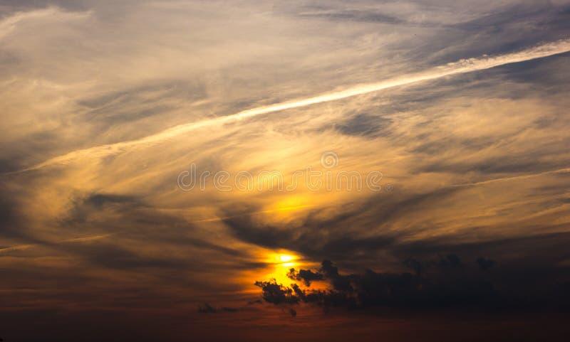 Guld- solnedgång i floden med reflex arkivfoto