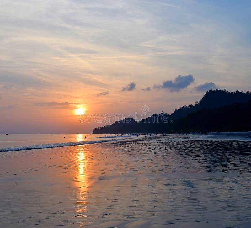 Guld- solnedgång med reflexion i havsvatten på den Radhanagar stranden, Havelock ö, Andaman, Indien arkivbilder