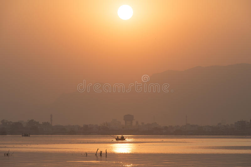 Guld- solnedgång på Ana Sagar sjön i Ajmer, Indien med konturer royaltyfri fotografi