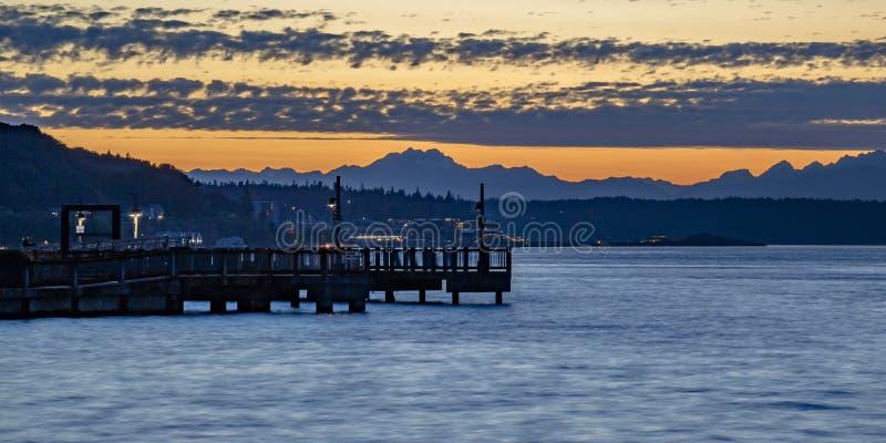 Guld- solnedgång på den Tacoma fjärden i Washington arkivfoto