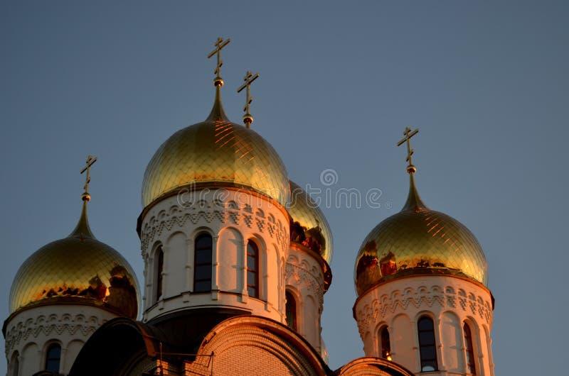 Guld- solnedgång på kupolerna av kyrkan royaltyfri bild