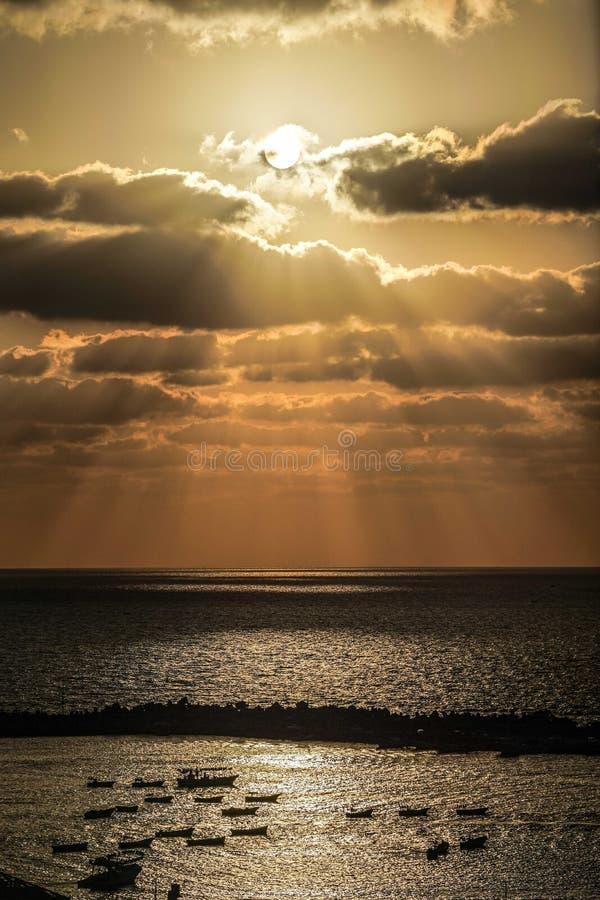 Guld- solnedgång på kusten av havet av den Gaza staden royaltyfria foton