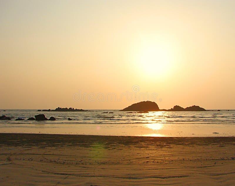 Guld- solnedgång på Muzhappilangad drev i stranden, Kannur, Kerala, Indien arkivbilder