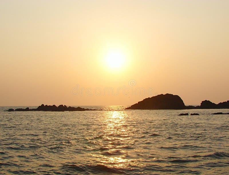 Guld- solnedgång på Muzhappilangad drev i stranden, Kannur, Kerala, Indien - naturlig bakgrund arkivfoto