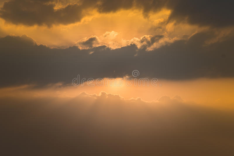 Guld- solnedgånghimmel royaltyfria bilder