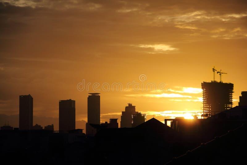 Guld- solnedgånghimmel i Jakarta royaltyfri fotografi