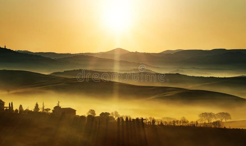 Guld- soluppgång på kullarna royaltyfria bilder