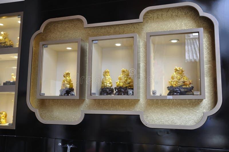 Guld- souvenirfönster av shoppar från Jade Buddha Temple i Shanghai arkivbild