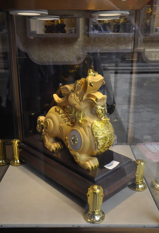 Guld- souvenirfönster av shoppar från Jade Buddha Temple i Shanghai royaltyfria bilder