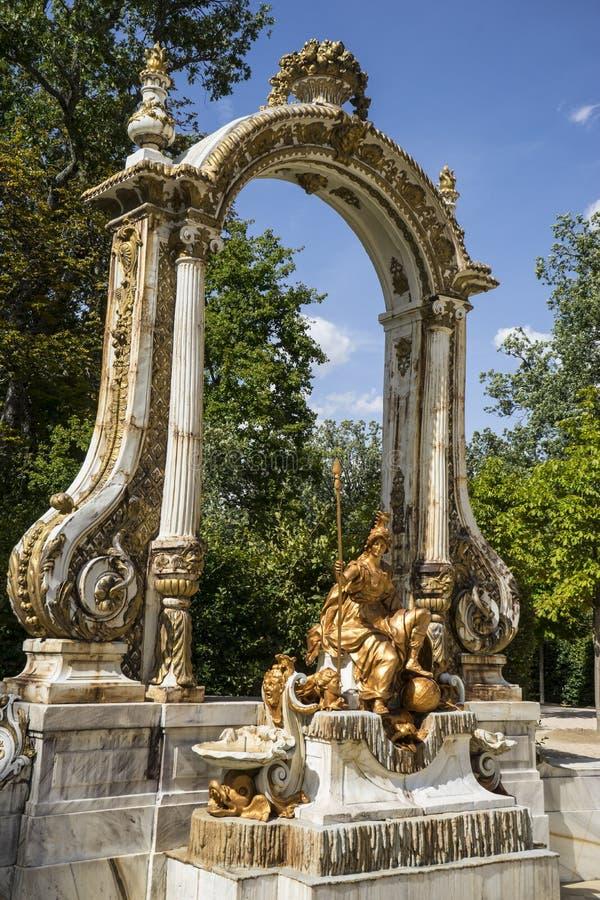 guld- springbrunnar för arv i den segovia slotten i Spanien bronsfikonträd arkivfoton