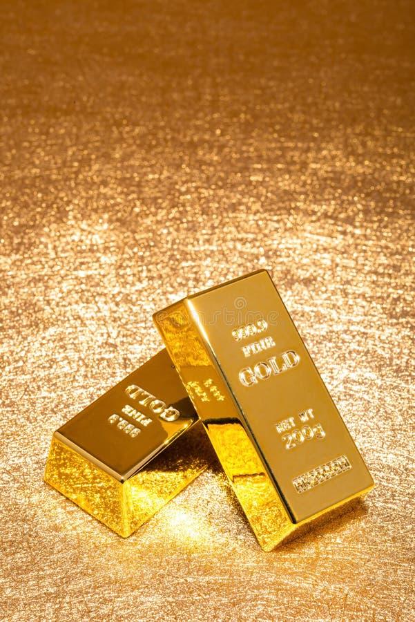 Guld- stänger på skinande guld- bakgrundslodlinje royaltyfria bilder