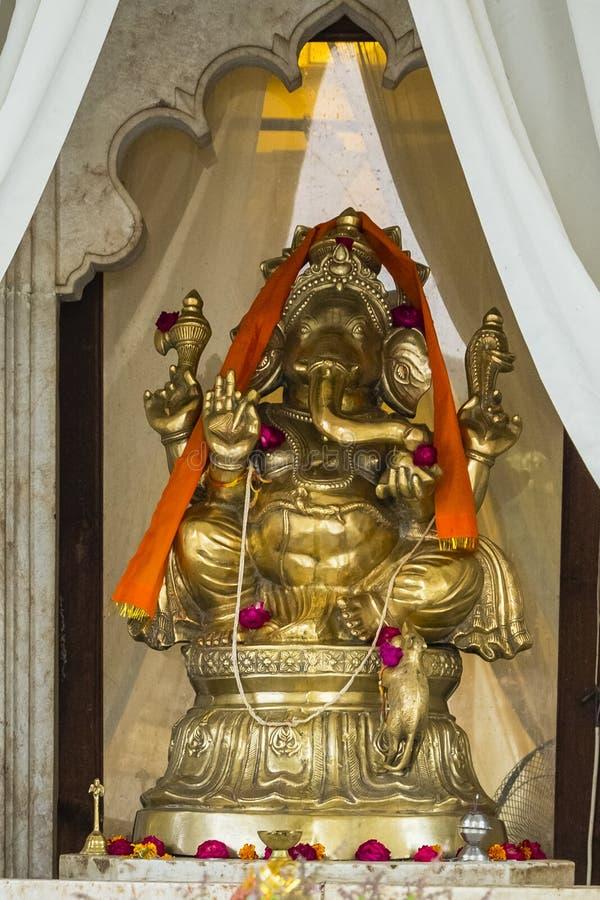 Guld- staty av Ganesh Hindu God royaltyfri foto