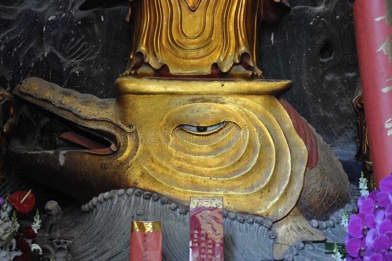 Guld- staty av Guanyin och Sudhana acompanied av deras förlage från den Jade Buddha Temple inre i Shanghai royaltyfri fotografi