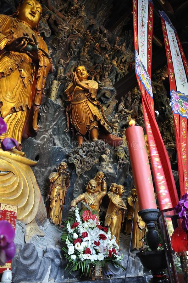 Guld- staty av Guanyin och Sudhana acompanied av deras förlage från den Jade Buddha Temple inre i Shanghai royaltyfria foton