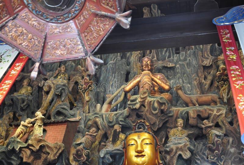 Guld- staty av Guanyin och Sudhana acompanied av deras förlage från den Jade Buddha Temple inre i Shanghai arkivbilder