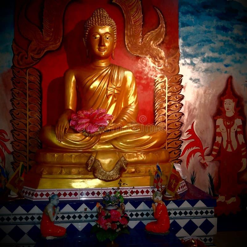 Guld- staty för Buddha med färgrikt forntida planlägga arkivfoto