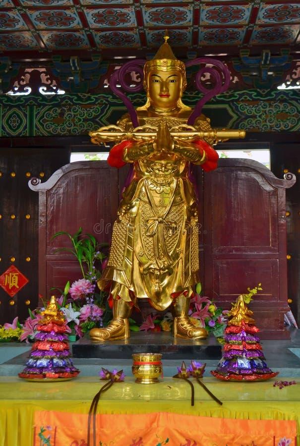 Guld- staty och offerings i buddistisk tempel för traditionell kines i Lumbini, Nepal royaltyfria bilder