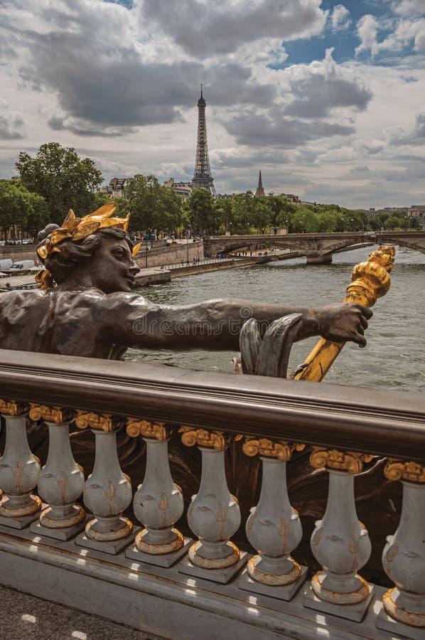 Guld- staty på bron på Seine River och Eiffeltorn i Paris arkivbilder