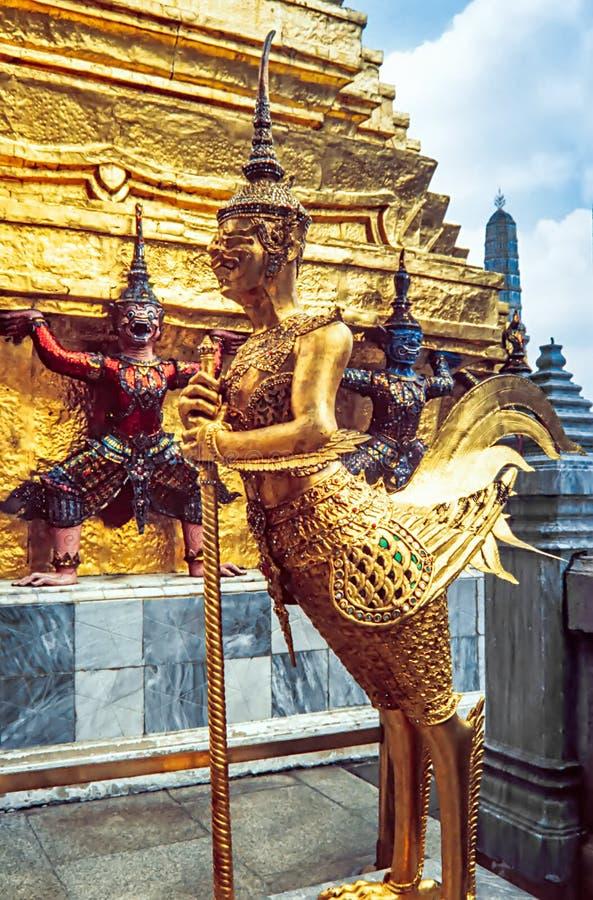 Guld- staty på templet av Emerald Buddha Wat Phra Kaew i storslagna Royal Palace bangkok thailand royaltyfria foton