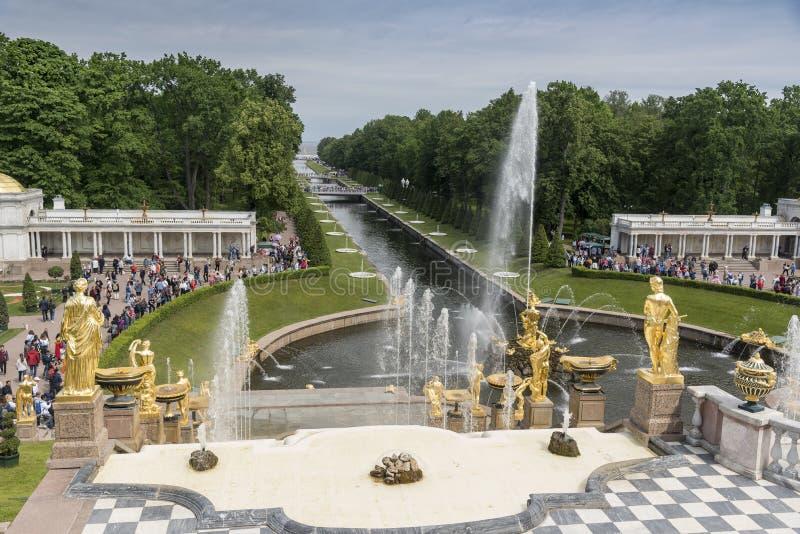 Guld- statyer av den storslagna kaskaden i den Peterhof slotten St Petersburg Ryssland royaltyfria bilder