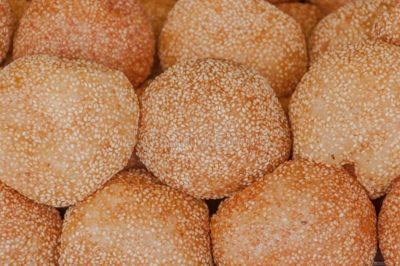 Guld- stekte efterrättbollar arkivbild