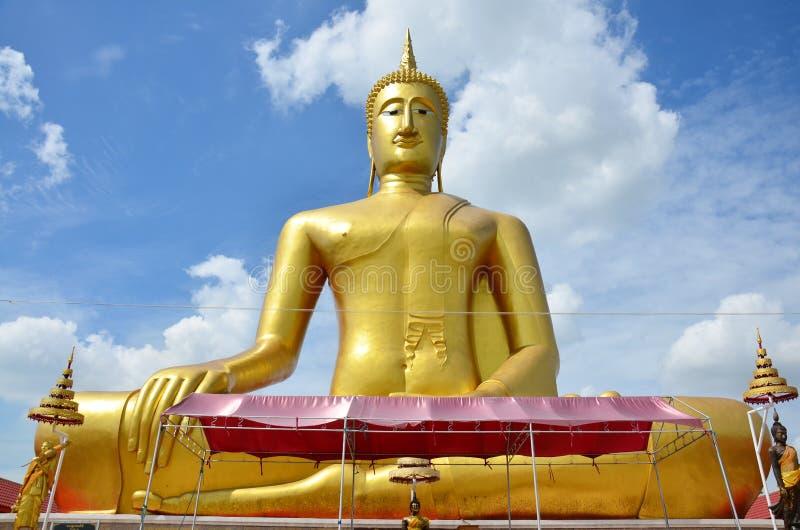 Guld- stor Buddha av Wat Bangchak i Nonthaburi, Thailand fotografering för bildbyråer