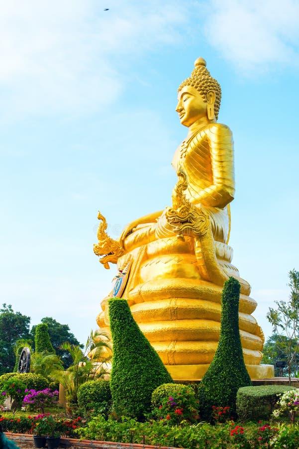 Guld- stor Buddha för staty på den höga bergstoppet Phuket arkivfoton