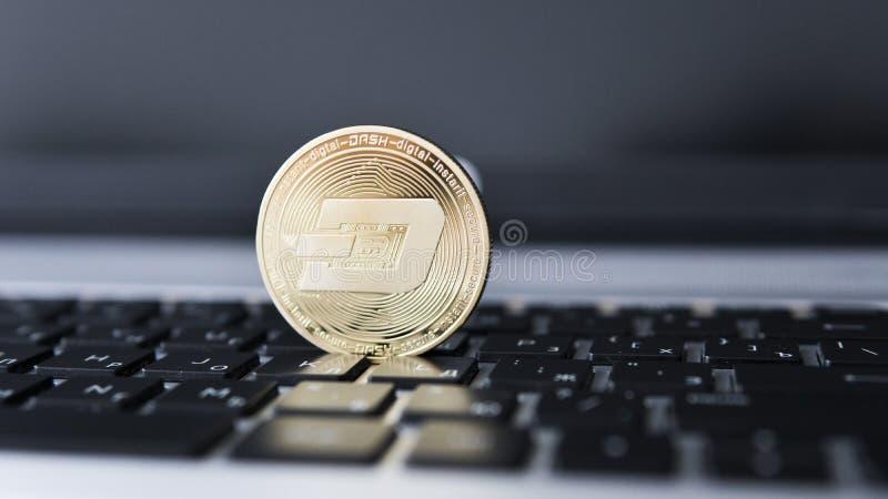 Guld- streck Cryptocurrency på bärbar datortangentbordet faktiska pengar Affär reklamfilm Digital pengar och faktiskt crypto fotografering för bildbyråer