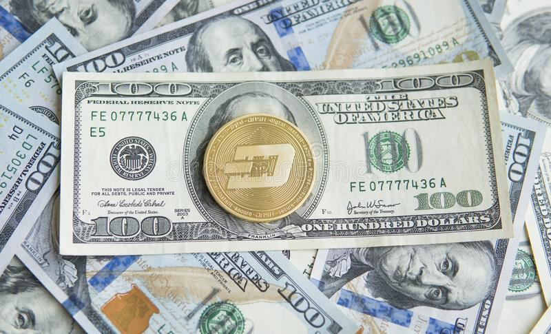 Guld- streckCryptocurrency mynt på en hög av US dollar, kontanta pengar och det crypto valutabegreppet faktiskt Metallmynt av arkivbild