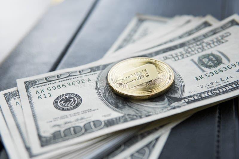Guld- streckCryptocurrency mynt på en hög av US dollar och anteckningsbok Kontanta pengar och crypto valutabegrepp faktiskt royaltyfria bilder