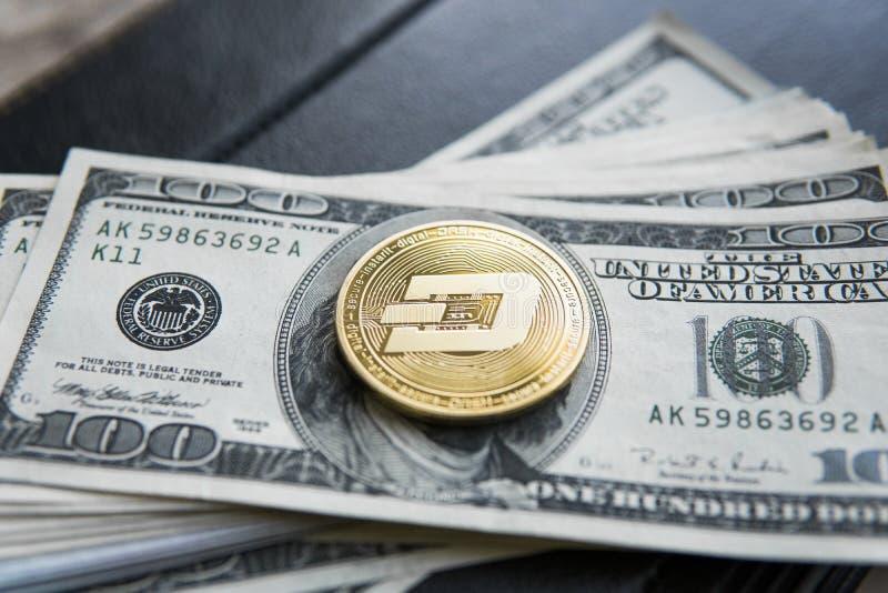 Guld- streckCryptocurrency mynt på en hög av US dollar och anteckningsbok Kontanta pengar och crypto valutabegrepp faktiskt fotografering för bildbyråer