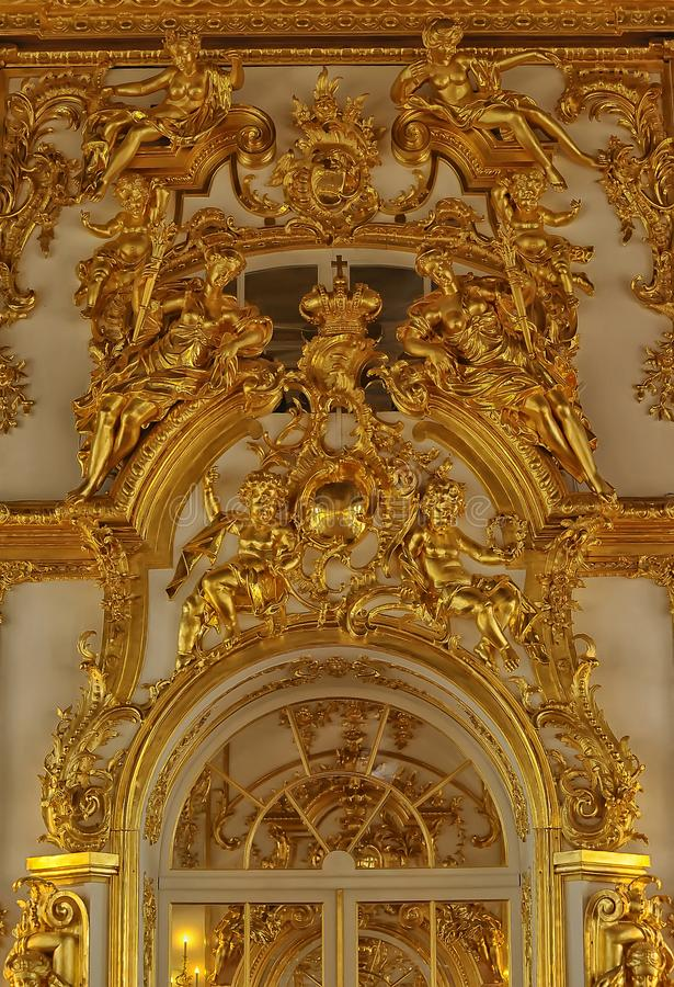 Guld- stuckatur på väggarna av slotten arkivbild