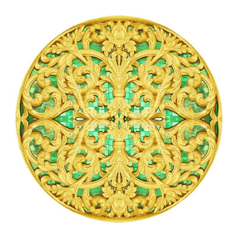 Guld- stuckaturdesign av den antika blomman för infödd thai stil royaltyfria foton