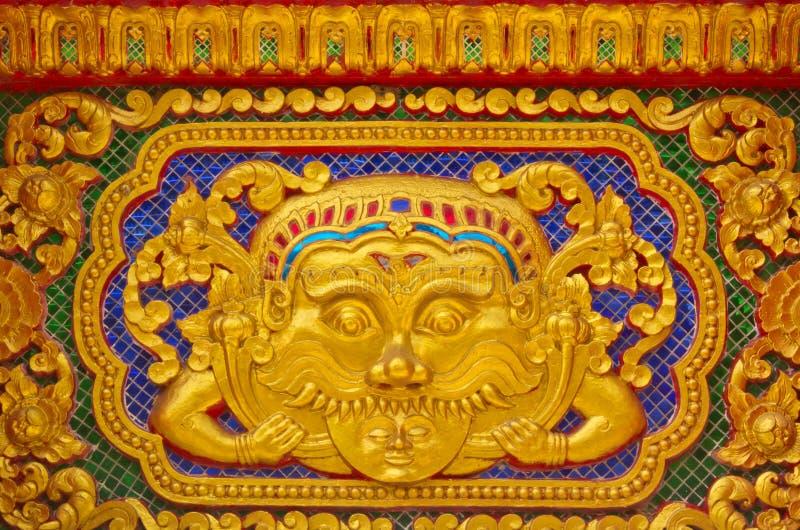 Guld- stuckaturdesign av infödd thai stil arkivfoto