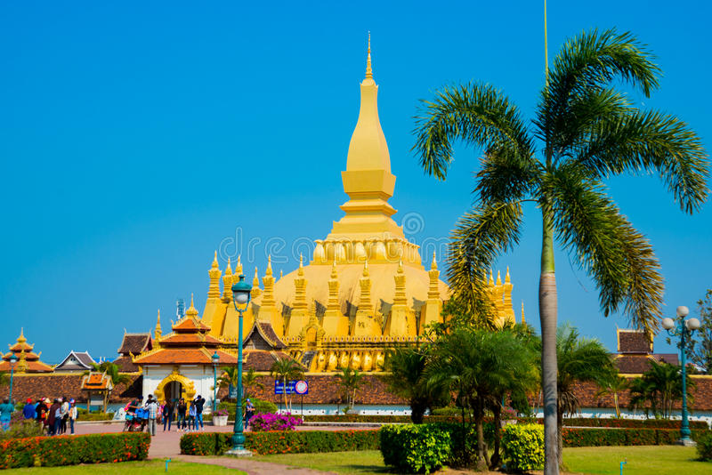Guld- stupa i Laos arkivfoton