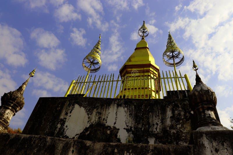 Guld- stupa som lokaliseras på överkanten av den Chomsy kullen arkivfoto