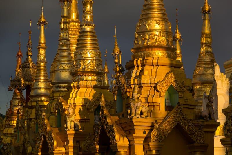 guld- stupas arkivbild