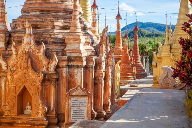 Guld- Stupas på den Shwe Indein pagoden i byn av Indein, nära Ywama, Inle sjö, Myanmar royaltyfri foto