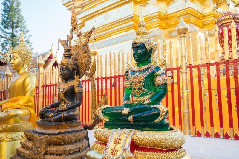 Guld, svart och jadeBuddhastatyer på grunden av den guld- chedien Wat royaltyfri bild