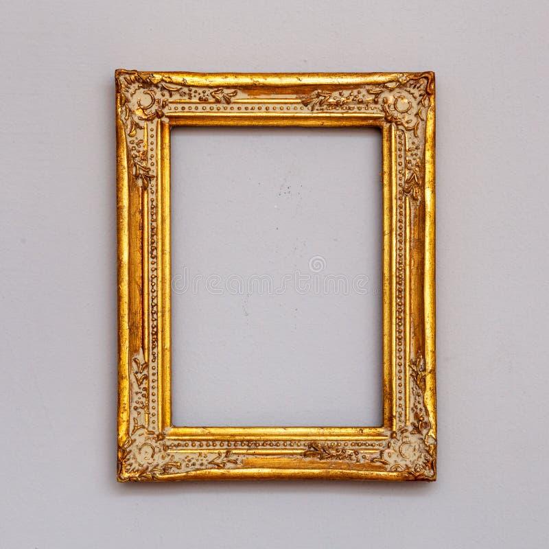 Guld- tappningbildram på en vägg royaltyfria bilder