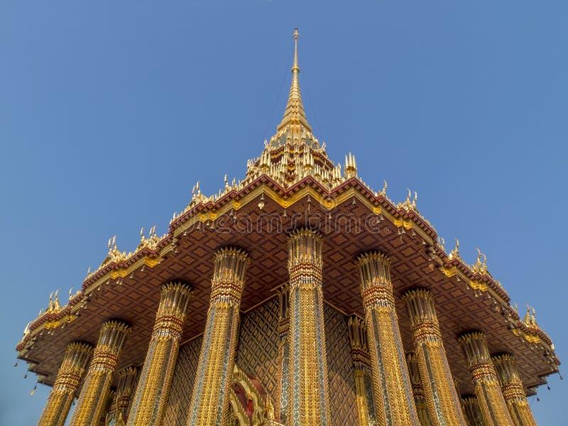 Guld- tempel i det Saraburi landskapet royaltyfri foto