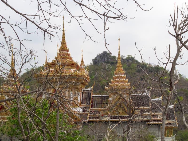 Guld- tempel i Lopburi royaltyfria bilder