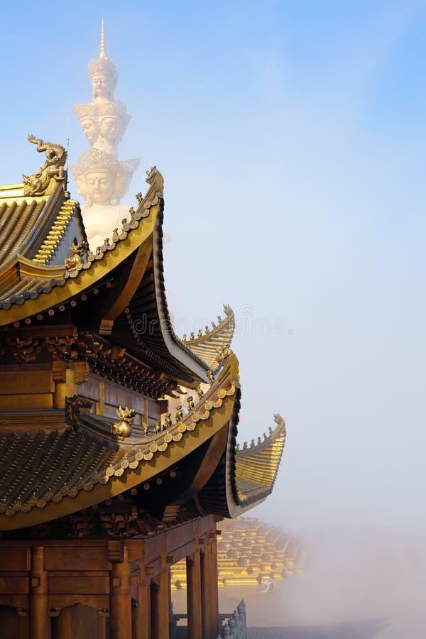 Guld- tempel och guld- toppmöte royaltyfria foton