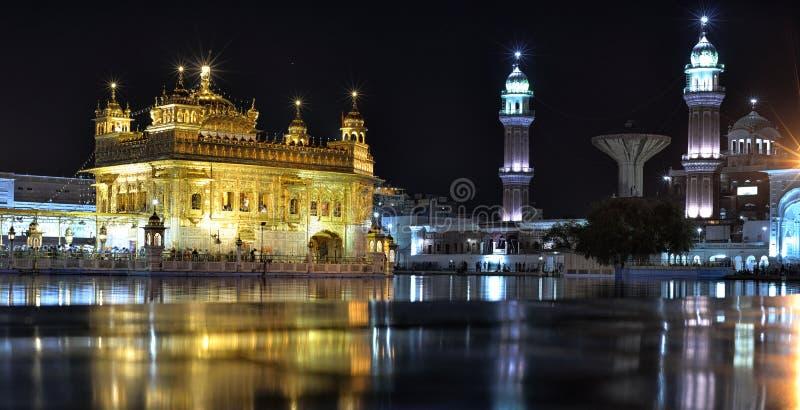Guld- tempel på natten, Amritsar royaltyfria foton