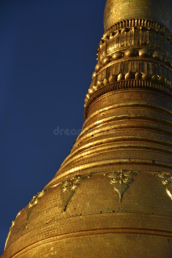 Guld- tempel p? solnedg?ngen royaltyfri fotografi