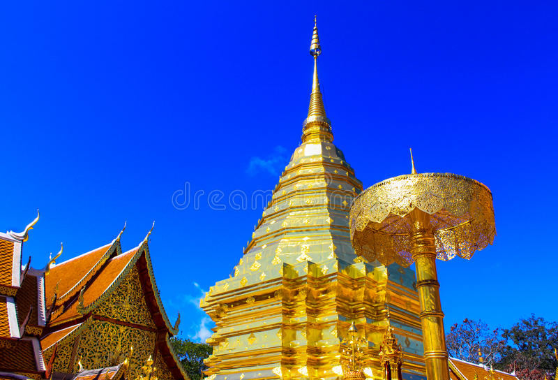 Guld- tempelWat phra som i Doi Suthep, Chiang Mai, Thailand arkivbilder